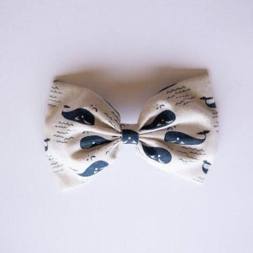 Prendedor con lazo en tonos blanco y azul