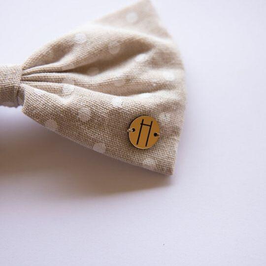 Prendedor con lazo en color beige