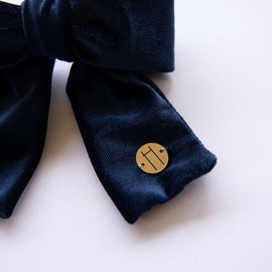 Prendedor con lazada de terciopelo color azul marino