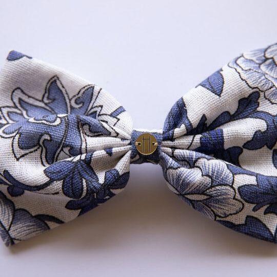 Prendedor de lazo en tonos blanco y azul