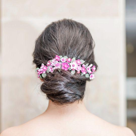 Tocado de flores de porcelana en distintos tonos de rosa
