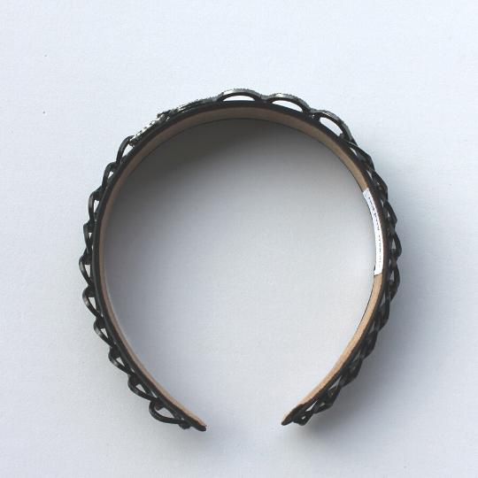 Diadema negra de raso con cadena